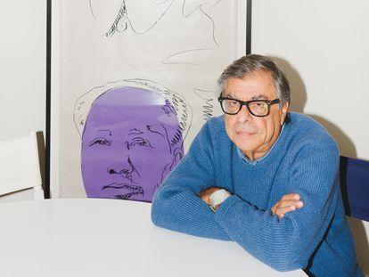 Bob Colacello posa para ICON en su casa de Southampton (EE UU) junto a un 'Mao Wallpaper', de Andy Warhol.