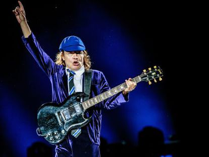 Angus Young, a punto de finiquitar un tema en un concierto de AC/DC.