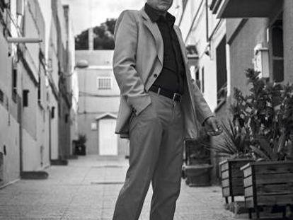 Víctor Coyote posa para ICON con ese estilo inconfundible de quien siempre ha seguido solo sus propias modas.