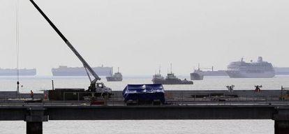 Varios barcos permanecen atracados en la Bahía de Panamá.