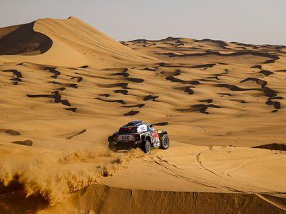 Carlos Saínz conduce sobre las duna del recorrido del Dakar 2021.