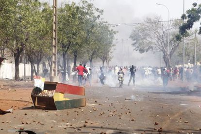Enfrentamientos entre las fuerzas de seguridad y los familiares de soldados del Ejército maliense, en Bamako, la capital de Malí.