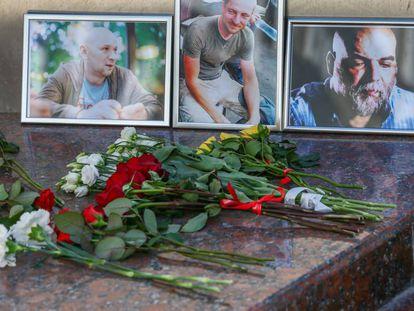 Flores en memoria de los periodistas asesinados en la República Centroafricana.