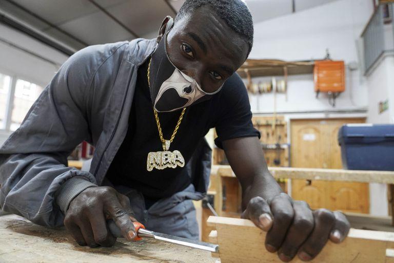 El guineano Mohamed en el taller de carpintería de la Ufil Puerta Bonita de Madrid.