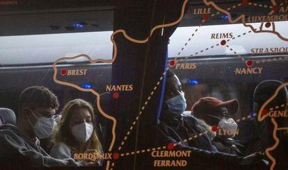 Un maliense se embarca en la estación de Irún en un autobús con destino a Burdeos, el pasado 11 de marzo.