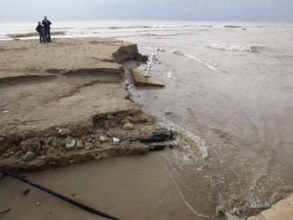 Vista del oleaje en la playa de la Albufereta, en Alicante. El Centro de Coordinación de Emergencias ha recibido un centenar de llamadas relacionadas con achiques y vehículos atrapados en carreteras de la provincia aunque sin daños personales.