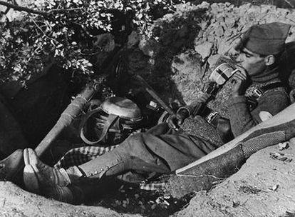 Un soldado republicano fotografiado en el frente de Madrid durante la Guerra Civil