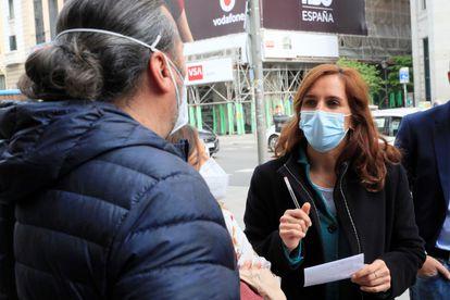 Mónica García, con los representantes de los trabajadores del metro madrileño, el 19 de abril.