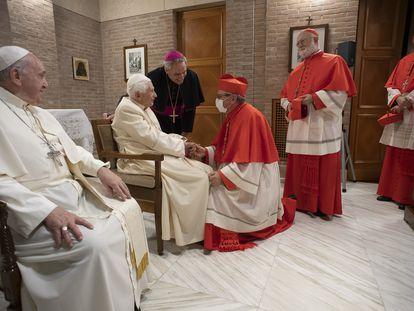El papa Francisco y Benedicto XVI reciben a los nuevos cardenales este sábado en el Vaticano.
