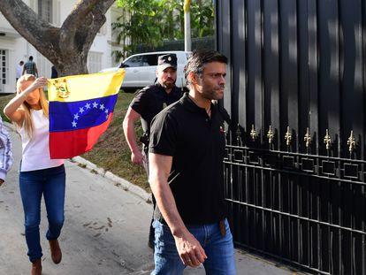 El opositor venezolano Leopoldo López sale de la embajada de España en Caracas, el 2 de mayo de 2019.