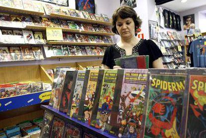 La dueña de la tienda de cómic Crisis, que cerrará sus puertas tras 23 años por la actual coyuntura económica.