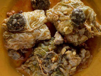 Lomo con col es una de las comidas populares que retratan a los isleños.