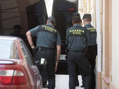 Agentes de la Guardia Civil en la puerta del domicilio de Huéscar en el que ha sido asesinada una mujer de 66 años.