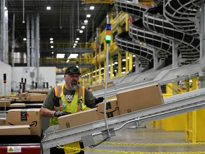 Un trabajador de los almacenes de Amazon, desde donde partieron las quejas que llevaron a Tim Bray a dejar la empresa.