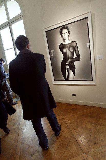 La imagen provocativa de la modelo Stephanie Seymour descubriéndose el sexo se ha adjudicado por 265.000 euros en una subasta en París.