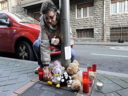 Los vitorianos dejan mensajes, velas y peluches en el lugar donde cayó la niña de 17 meses que falleció este martes.