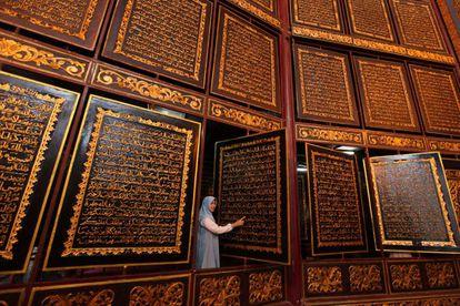Corán gigante de madera en el Museo del Corán de Palembang, en Indonesia.