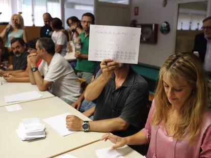 Recuento de votos en la asamblea de los vigilantes de El Prat.