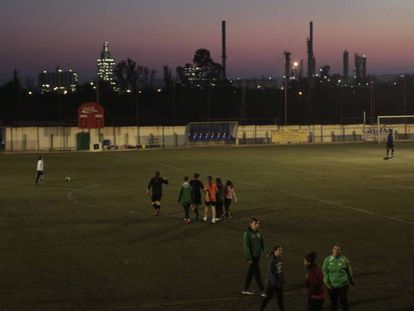 En foto, un entrenamiento en el campo del Racing Bonavisat FC. Al fondo, la petroquímica de Tarragona. En vídeo, los sismógrafos registraron la explosión de Tarragona.