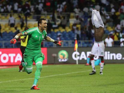 Al-Hadari, el portero de Egipto, celebra el pase a la final tras detener un penalty.