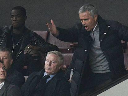Mourinho, en el palco tras ser expulsado ante el Burnley