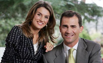 Doña Letizia y don Felipe, fotografiados para 'El País Semanal' en 2006, con motivo del 25 aniversario de los premios Príncipe de Asturias