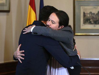 Pedro Sánchez y Pablo Iglesias se abrazan en el Congreso donde firmaron un acuerdo para la formación de un Ejecutivo tras las elecciones del 10-N.