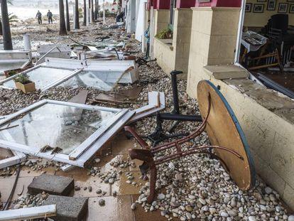 Daños causados en el paseo marítimo de Xàbia (Alicante). En vídeo, la borrasca Gloria obliga a cortar decenas de carreteras en Alicante y Valencia.
