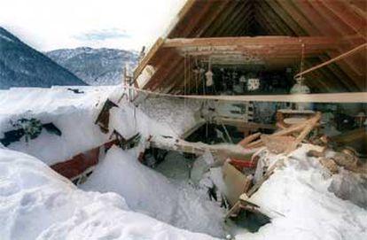 Una vivienda quedó destruida al quedar sepultada por un alud de nieve en Baqueira.
