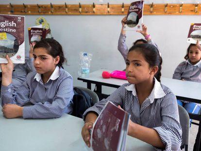 Estudiantes en la escuela de la UNRWA en el campo de refugiados de Shuafat.