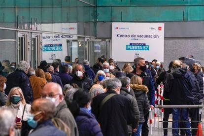 Personas hacen cola para ser vacunadas en el Wizink Center en Madrid el pasado abril.