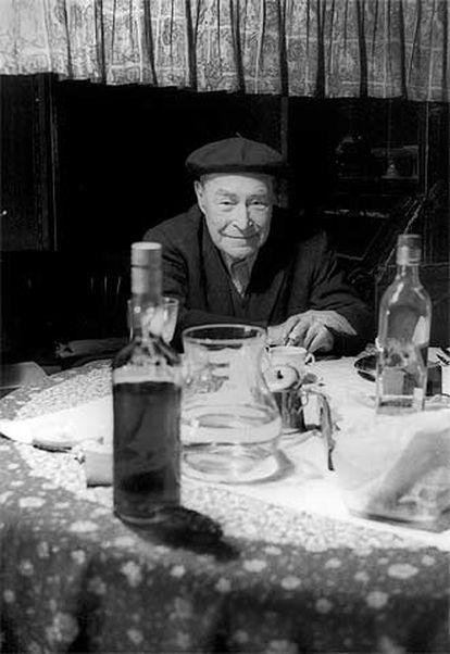 Josep Pla, en una fotografía tomada en su masía de Llofriu (Girona).