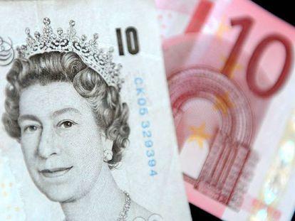 Un billete de diez libras esterlinas y otro de diez euros.