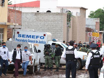 Personal forense y miembros de la Guardia Nacional, este miércoles en el municipio de Irapuato.