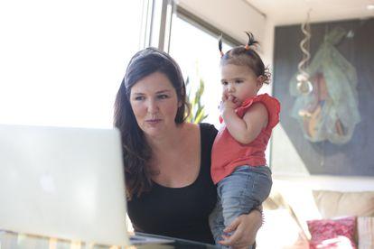 La profesora Eva Colera, con su bebé en brazos.