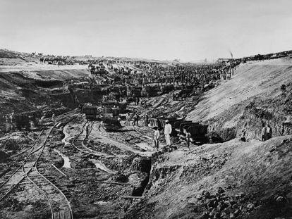 Trabajos en el canal de Suez. Las condiciones tampoco parecen haber mejorado mucho desde la construcción de las pirámides.