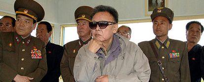El presidente Kim Jong-iI (centro) observa unos entrenamientos de aviación, en una imagen sin fechar difundida por un medio oficial.