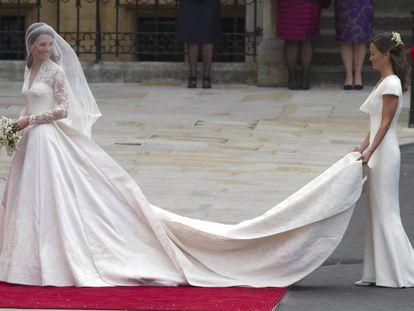 Kate Middleton, seguida por su hermana Pippa, el día de su boda con el príncipe Guillermo, en mayo de 2011.