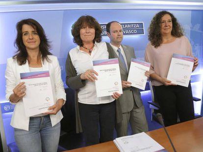 Aintzane Ezenarro, Bertha Gaztelumendi, Jon Landa y Monika Hernando en la presentación del informe sobre Pertur.