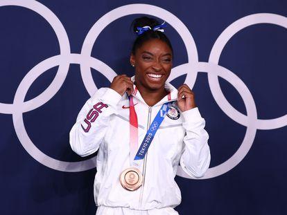 Simone Biles posa con su medalla de bronce.