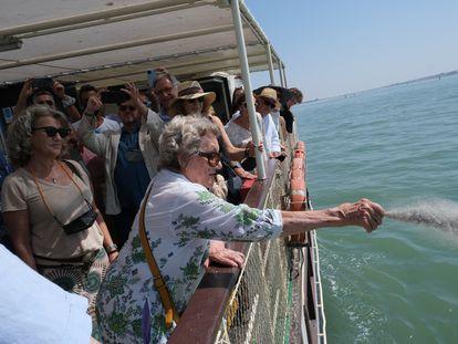 Pepa Ramis, viuda de Caballero Bonald, esparciendo las cenizas del escritor en la desembocadura del Guadalquivir.