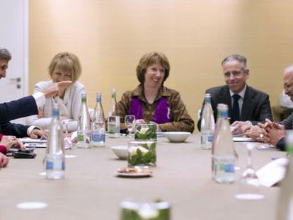 Kerry señala a Zarif en presencia de Ashton este sábado en Ginebra.