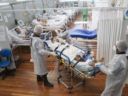 Trabajadores de la salud trasladan a un paciente con covid-19 dentro de la UCI de un hospital de campaña en las afueras de São Paulo, Brasil, el pasado 4 de marzo.