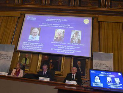 La Academia sueca informa de la concesión del Nobel de Física a Arthur Ashkin, Gérard Mourou y Donna Strickland, este martes.