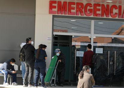 Familiares de pacientes con covid-19 esperan frente al Hospital del Norte, en Cochabamba, el 1 de junio.
