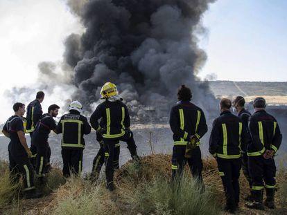 Bomberos durante el incendio de la planta de Chiloeches en agosto.
