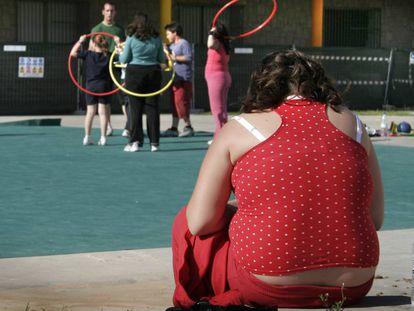 Una niña asiste al programa de tratamiento contra la obesidad infantil en el Hospital General de Valencia.