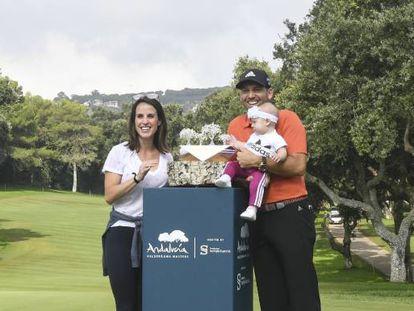Sergio García, con su mujer, su hija y el trofeo.