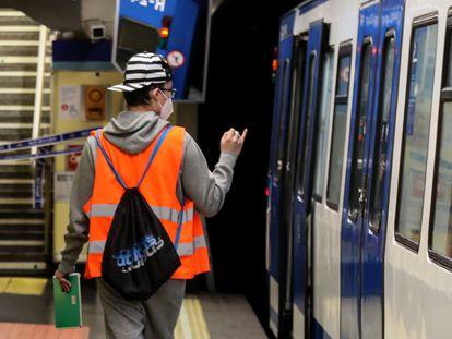 Metro de Madrid ha iniciado un dispositivo durante el estado de alarma para contar pasajeros en vagones de cara a diseñar planes de desescalada. En la foto, un trabajador, el jueves, realizando un conteo.