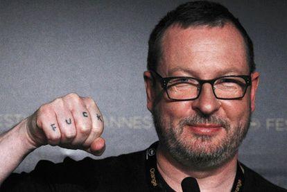 Von Trier muestra su mano en Cannes, con la palabra <i>Joder</i>.